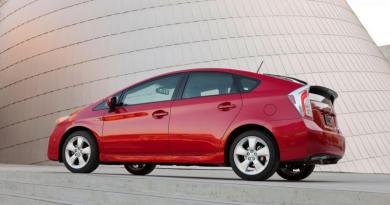 Toyota faz recall em 752 mil Prius por problema elétrico