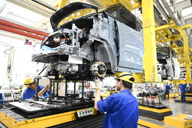 Onde estão os motoristas? Montadoras cortam produção no mundo
